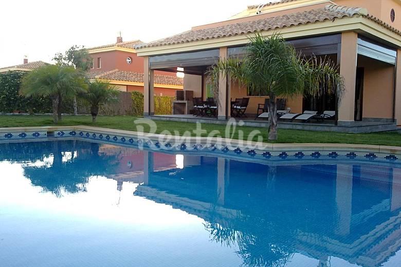 Chalet con piscina privada a 100m de playa roche roche for Piscina ciudad de cadiz