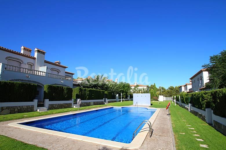 Casa adosada moderna para 6 jard n privado miami playa for Apartamentos jardin playa larga tarragona