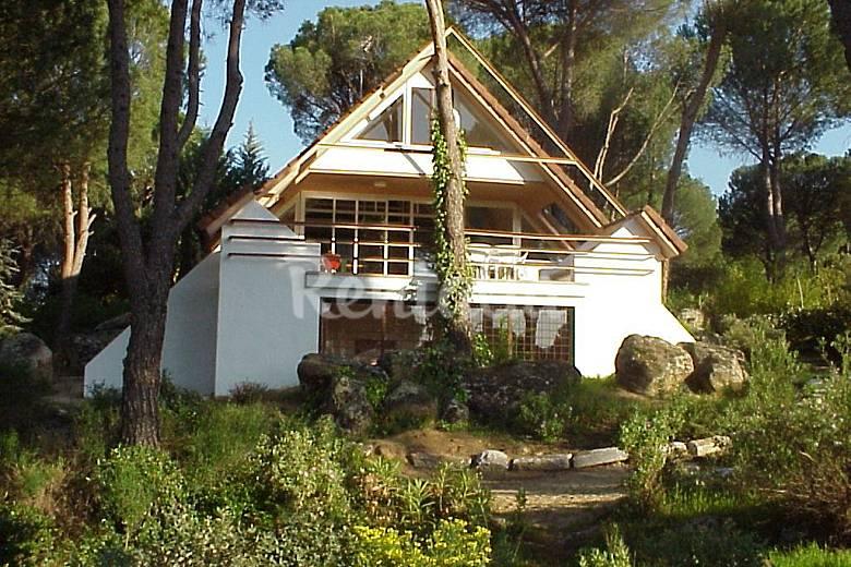 Casa con jardin y piscina junto al pantano costa de for Casa jardin madrid