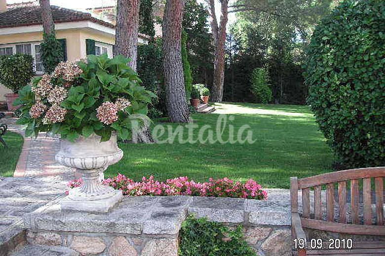 Casa y apartamento en soto del real con piscina soto del for Casa jardin madrid