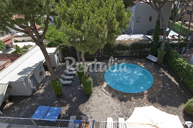 15 apartamentos a 100 m de la playa castelldefels for Piscina castelldefels