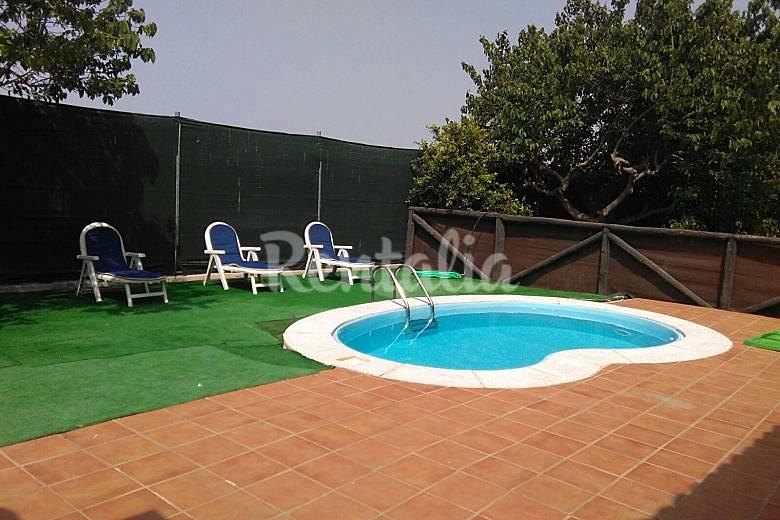 Cortijo con encanto piscina y 3 dormitorios las for Piscina mondragones granada