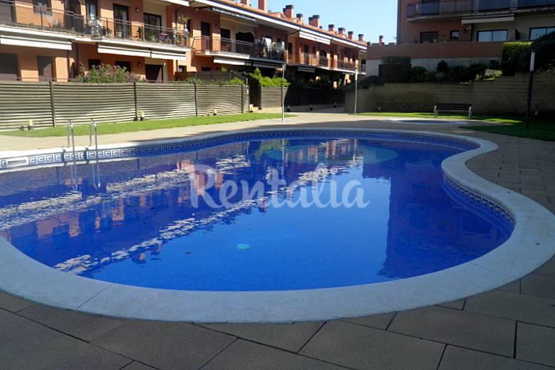 Apartamento con vistas a la piscina lloret de mar for Piscina lloret