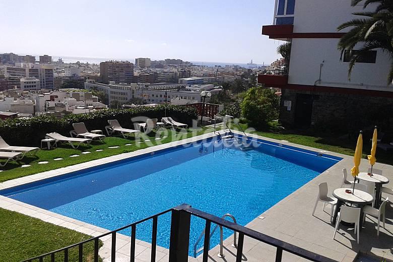Apto con piscina y vistas a la ciudad y al mar las for Piscina las palmas