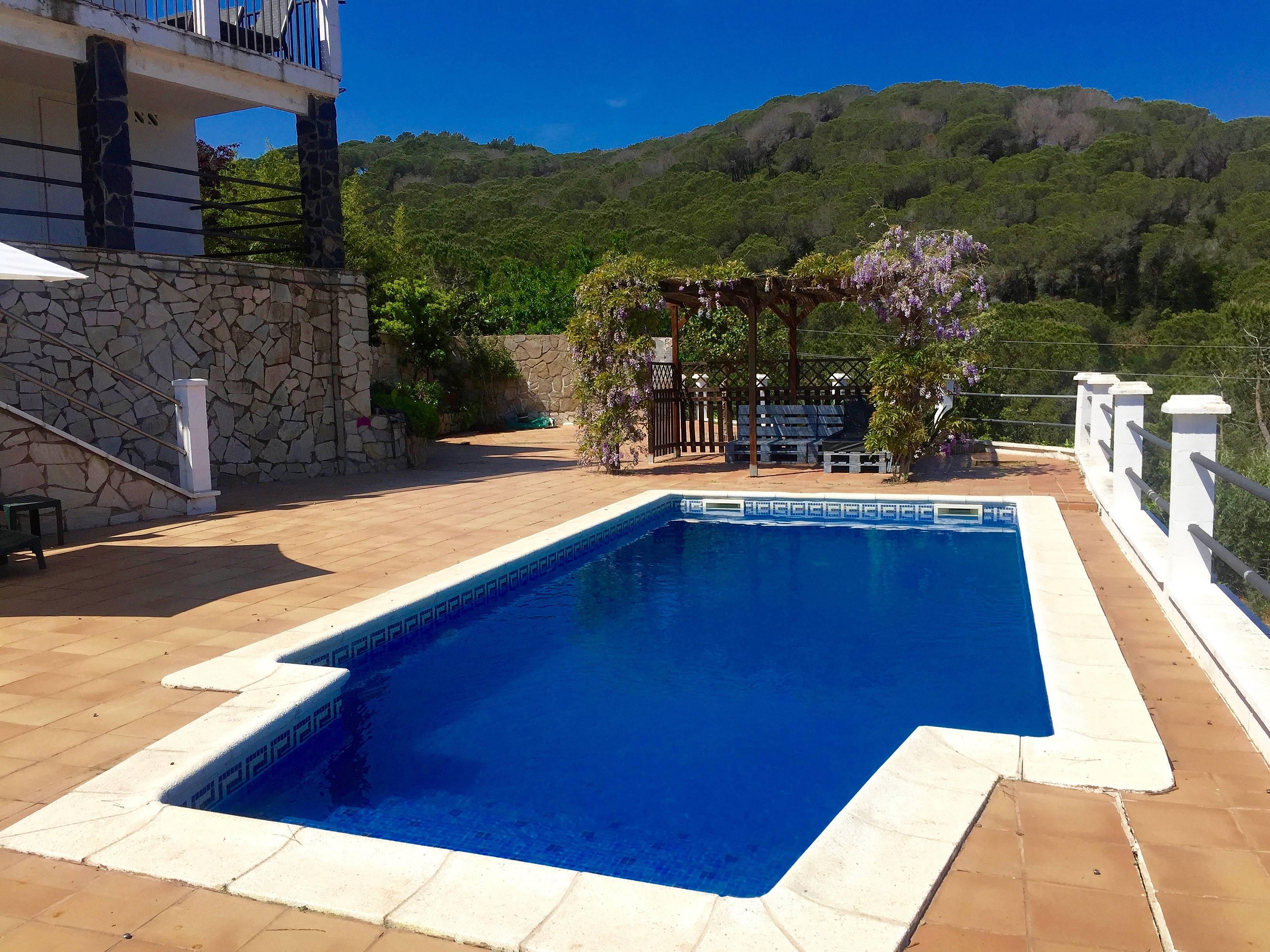 Villa de 4 habitaciones con piscina vistamar sant for Piscina publica barcelona