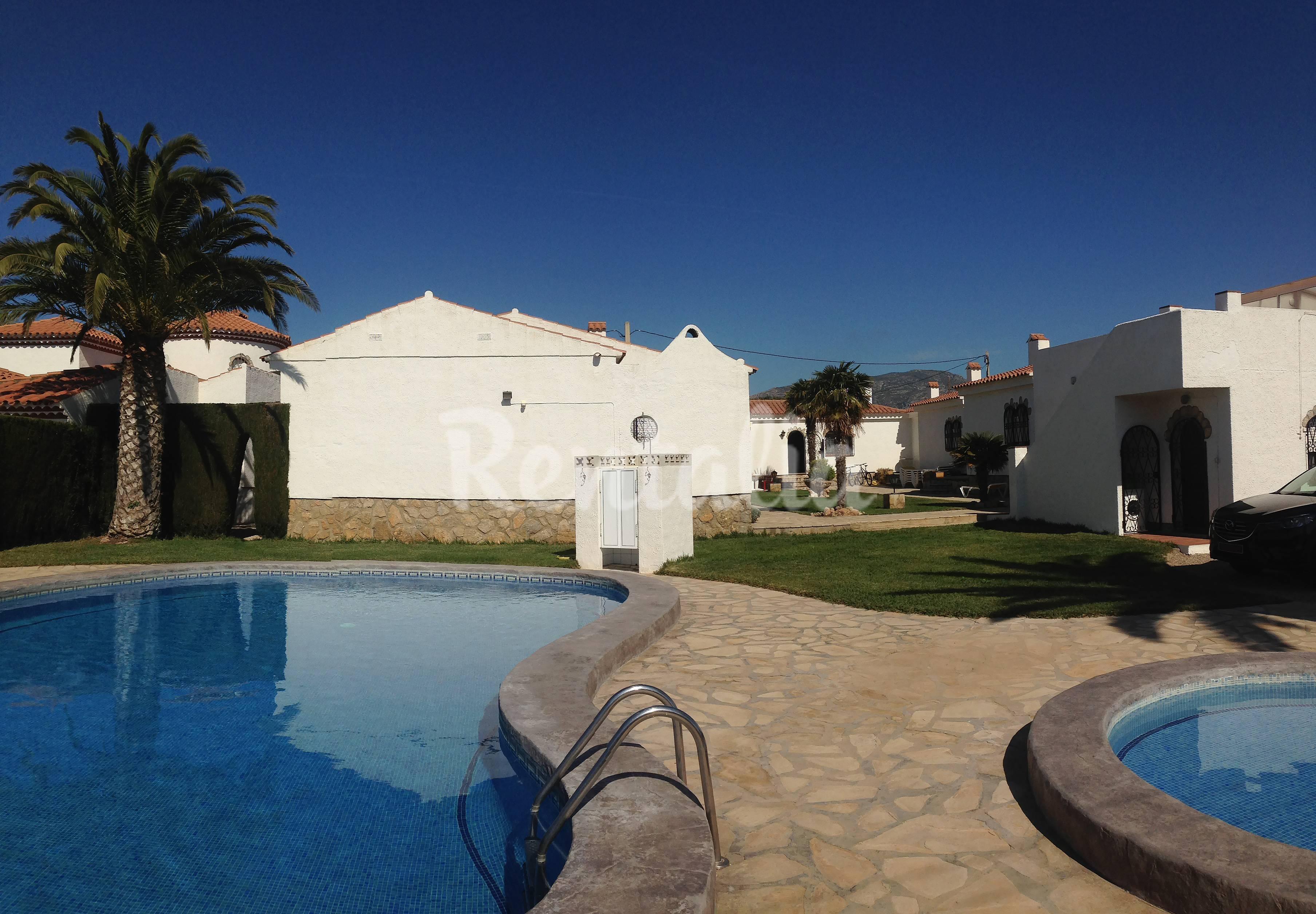 Bungalows alhambra en alquiler con piscina miami playa for Camping con piscina climatizada en tarragona