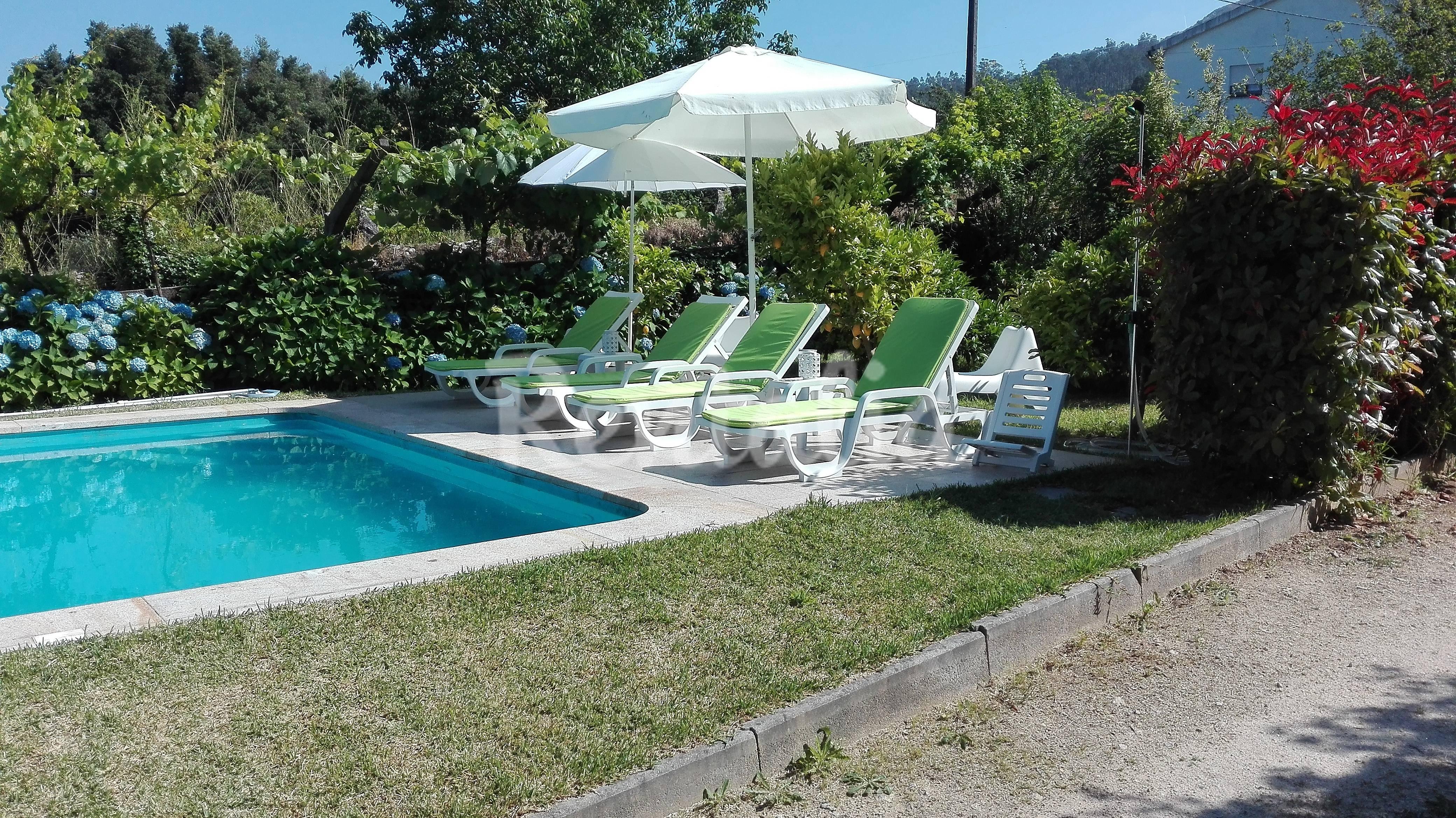 Vacaciones con piscina de agua salada y jard n venade for Aclarar agua piscina verde
