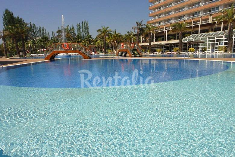 Aparthotel con piscina cerca de la playa lloret lloret for Piscina lloret