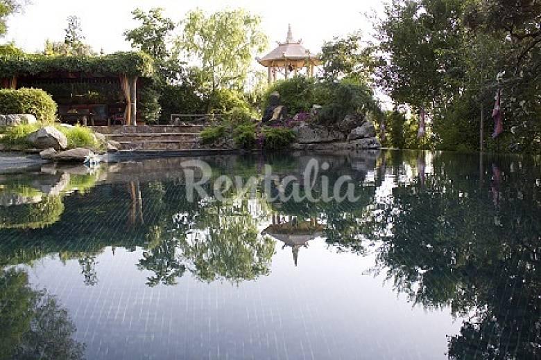 casa singular de exuberante jardin oriental calalberche