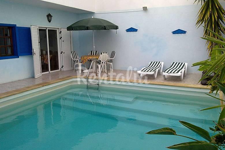 Casa con piscina privada cerca de la playa wifi famara for Casas con piscinas fotos