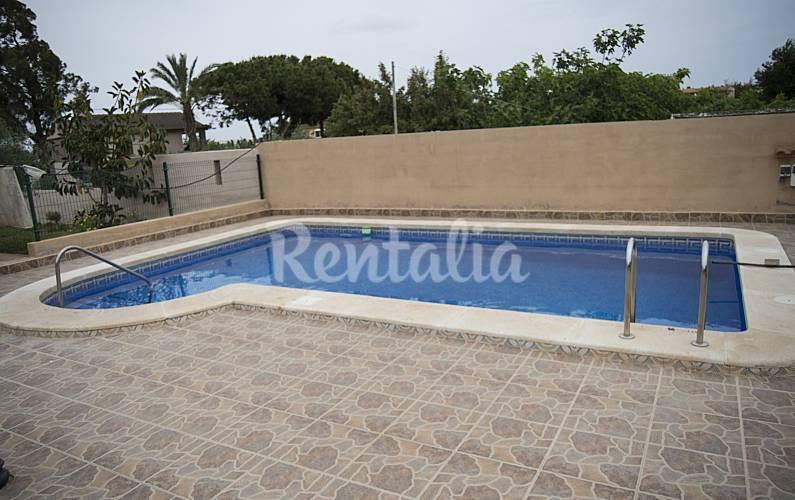 Villa de 4 habitaciones a 1500 m de la playa los for Piscina torrevieja