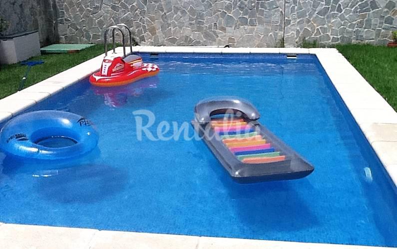 Chalet con piscina y sauna y wifi a 400mts de la playa for Piscina trafalgar