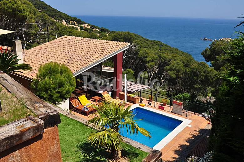 Casa 8 9 personas con piscina y jardin privados for Piscina jardin girona