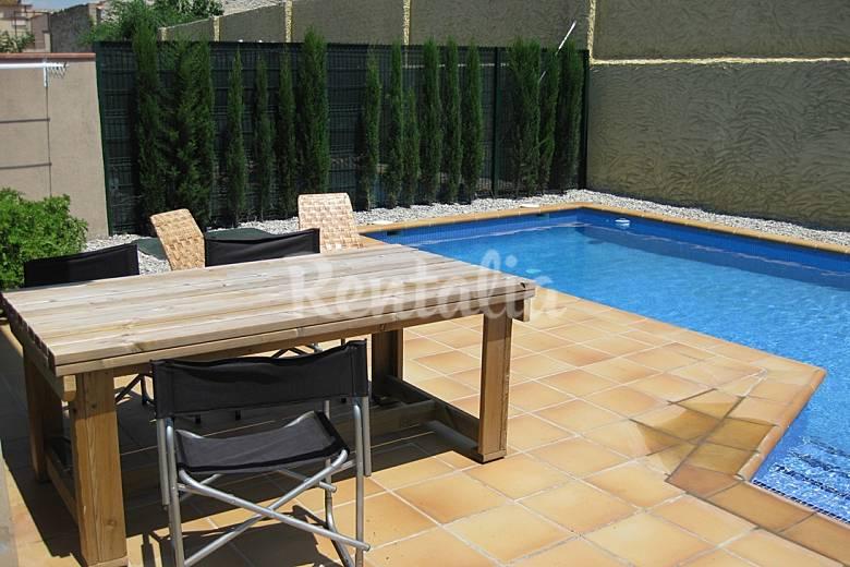 Casa piscina girona gerona vilamacolum casa en entorno rural for Piscina en catalan