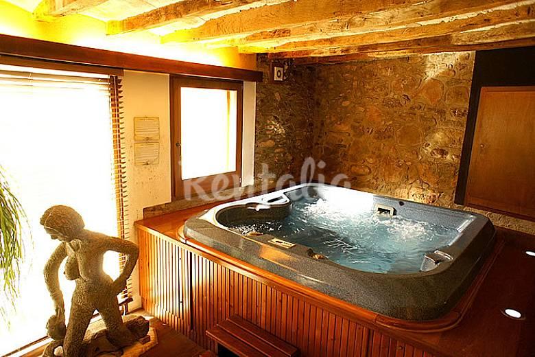 Casa r stica con piscina y jacuzzi interior riudaura for Fotos de casas con piscina interior