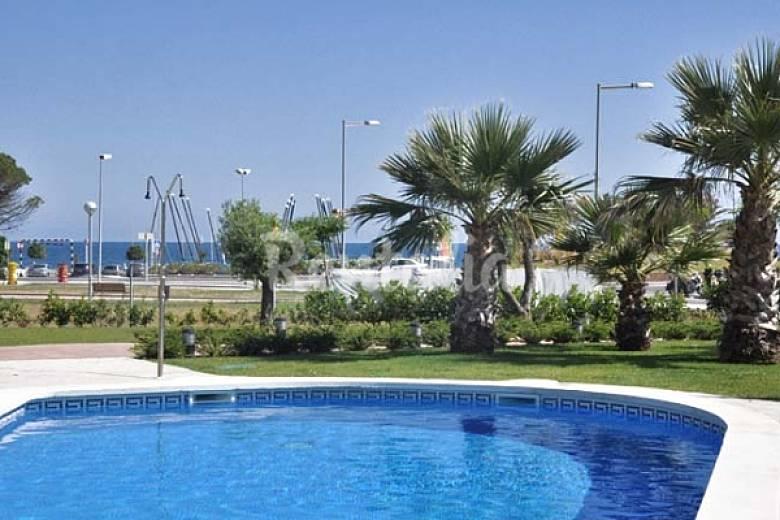 Apartamentos en cambrils a 50 m playa piscina cambrils for Apartamentos jardin playa larga tarragona