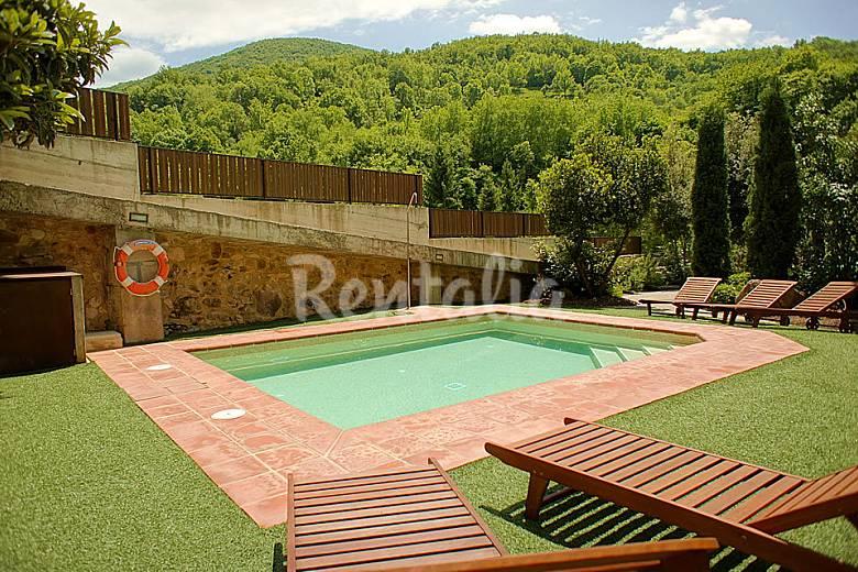 Casa r stica con piscina y jacuzzi interior riudaura for Apartamentos con piscina en alcoceber