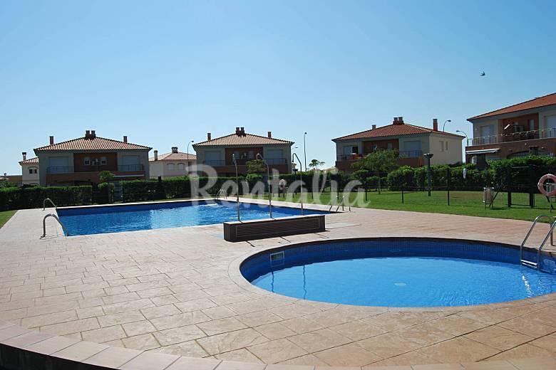 Apartamento seminuevo con estupendas vistas piscina for Piscina cambrils