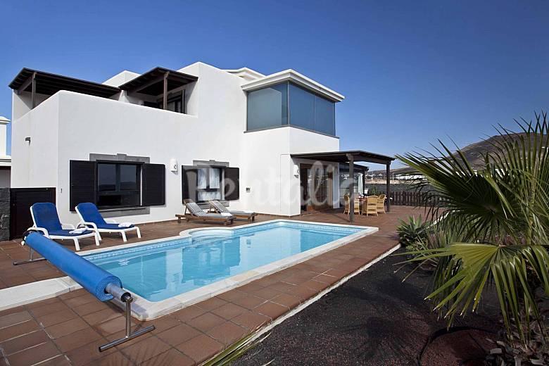 Villa en alquiler con piscina y wifi playa blanca yaiza for Casas vacacionales con piscina