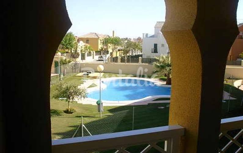 Apartamento en alquiler a 600 metros de la playa las for Piscina 50 metros cadiz