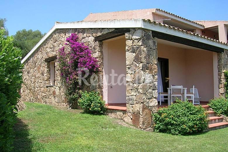 Villetta caposchiera con veranda e giardino monte for Giardini in villette