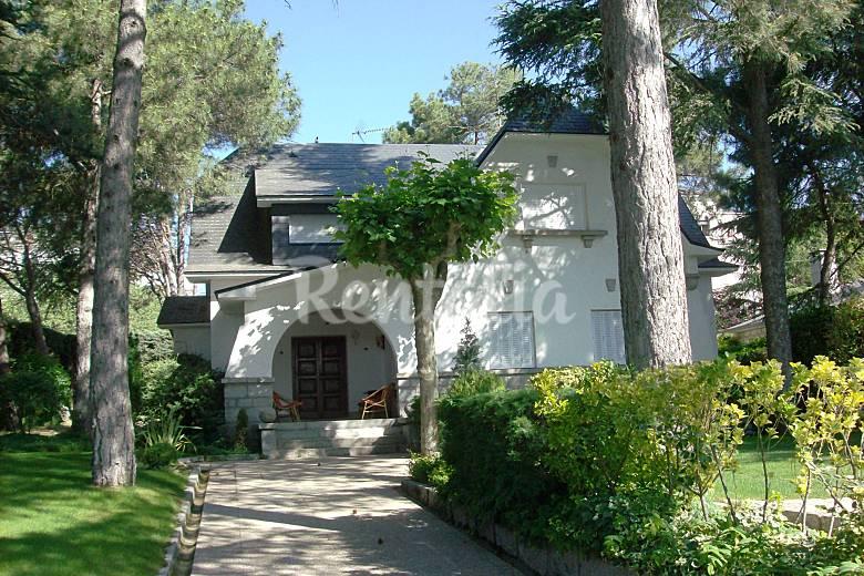 Villa en alquiler con jard n privado y piscina los for Alquiler verano sierra madrid piscina
