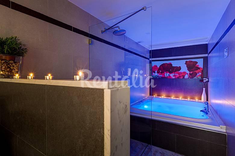 Casa con piscina jard n jacuzzi y chimenea vilafreser vilademuls giron - Hotel avec miroir au plafond ...