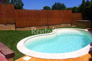 Casa con piscina jard n jacuzzi y chimenea vilafreser for Piscina jardin girona