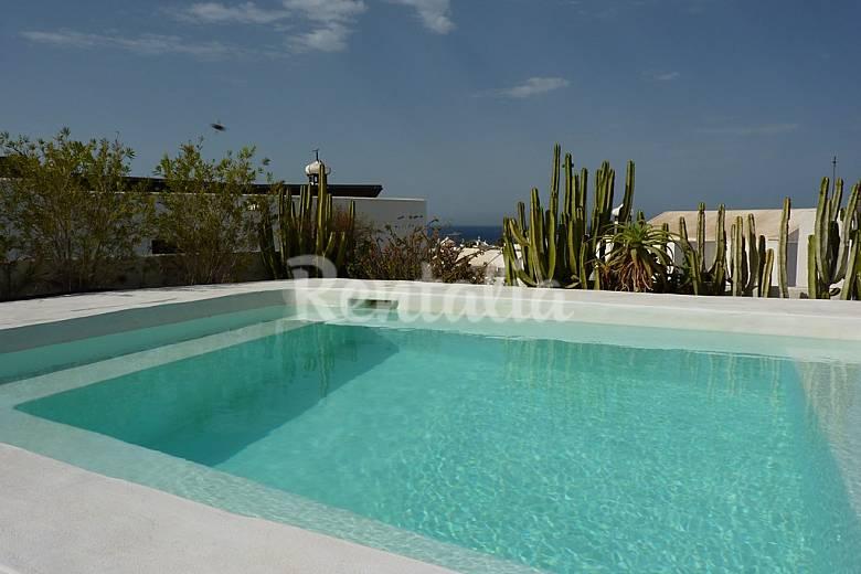 Villa con piscina privada cerca de la playa puerto del for Villas en lanzarote con piscina privada