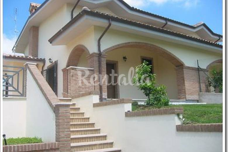Casa in affitto con giardino privato fiano romano roma for Casein affitto