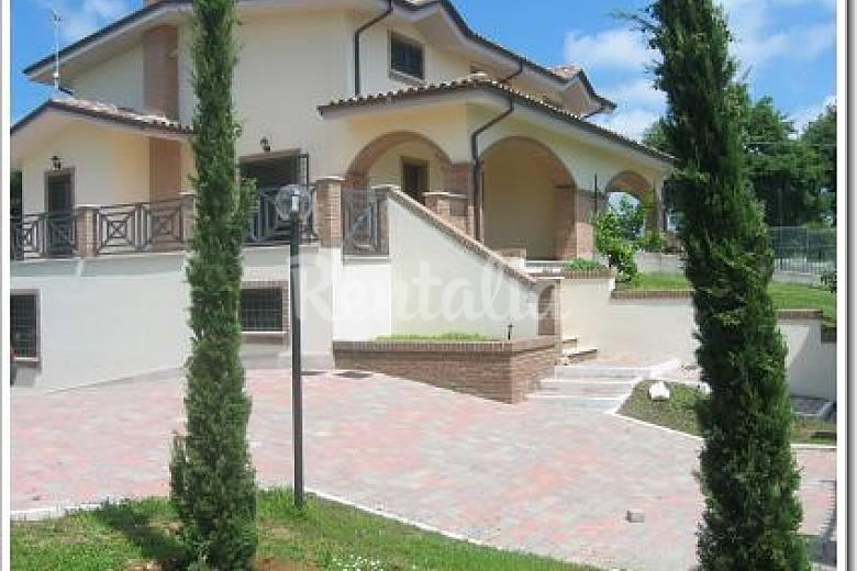 Casa in affitto con giardino privato fiano romano roma for Piani di costruzione della casa di campagna