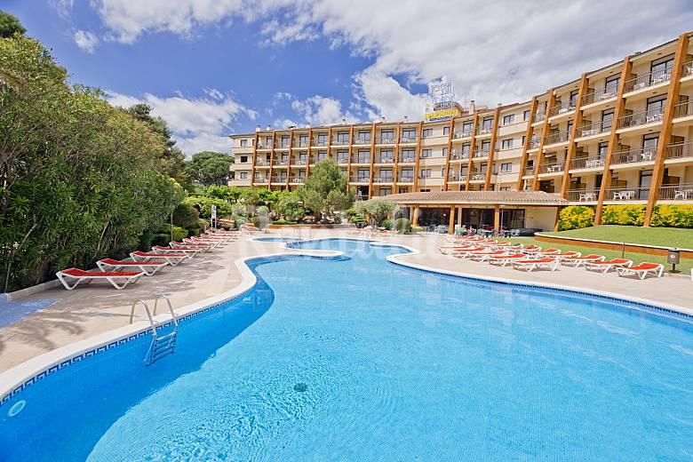 6 modernos apartamentos con piscina cerca de playa tossa for Apartamentos modernos playa
