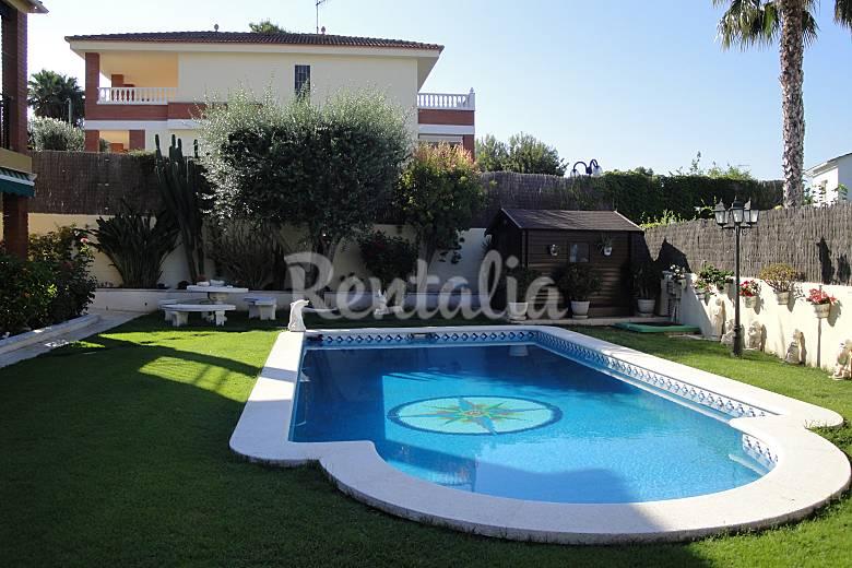 Villa para 14 personas a 1000 m de la playa cunit for Jardines 300 metros cuadrados