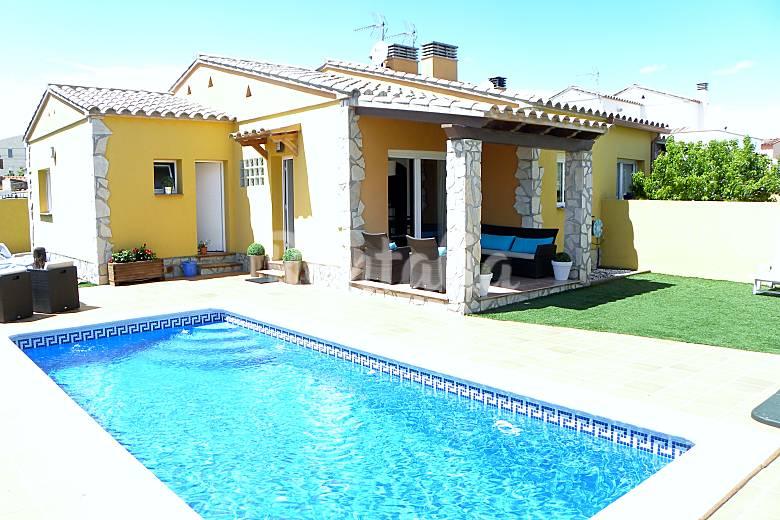 Casas de vacaciones en l 39 escala girona gerona chalets - Inmobiliarias l escala ...