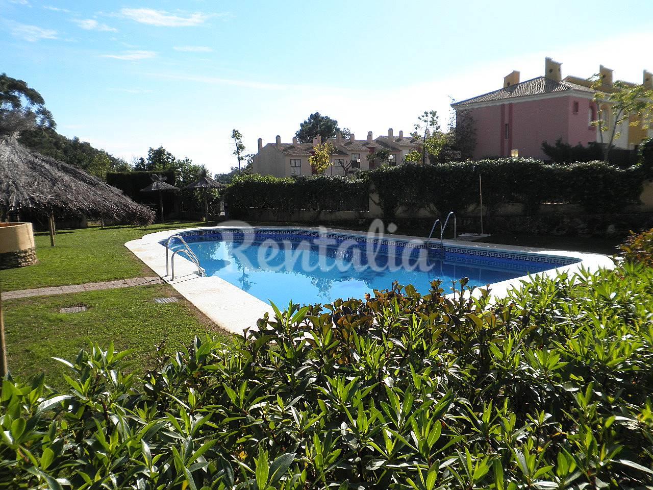 Apartamento de 2 dormitorios a 600 m de la playa - Rentalia islantilla ...