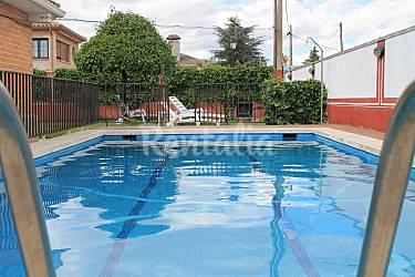 Villa en una planta con piscina jard n y barbacoa for Barbacoa y piscina madrid