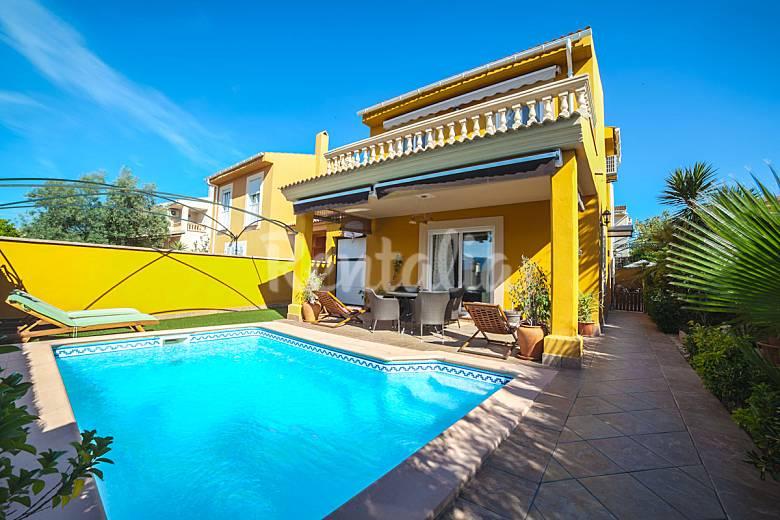 Chalet con piscina privada en residencial de palma pont for Piscina palma de mallorca