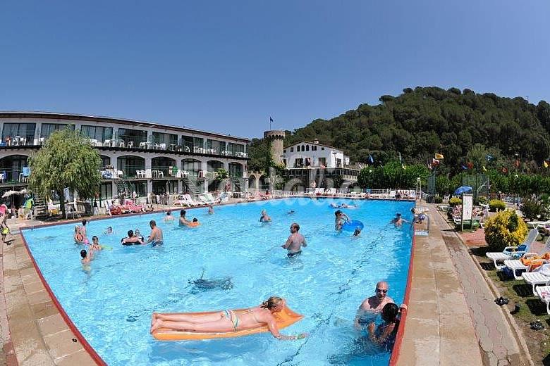 Bonitos apartamentos con piscina y gran jard n tossa de for Apartamentos sencillos y bonitos