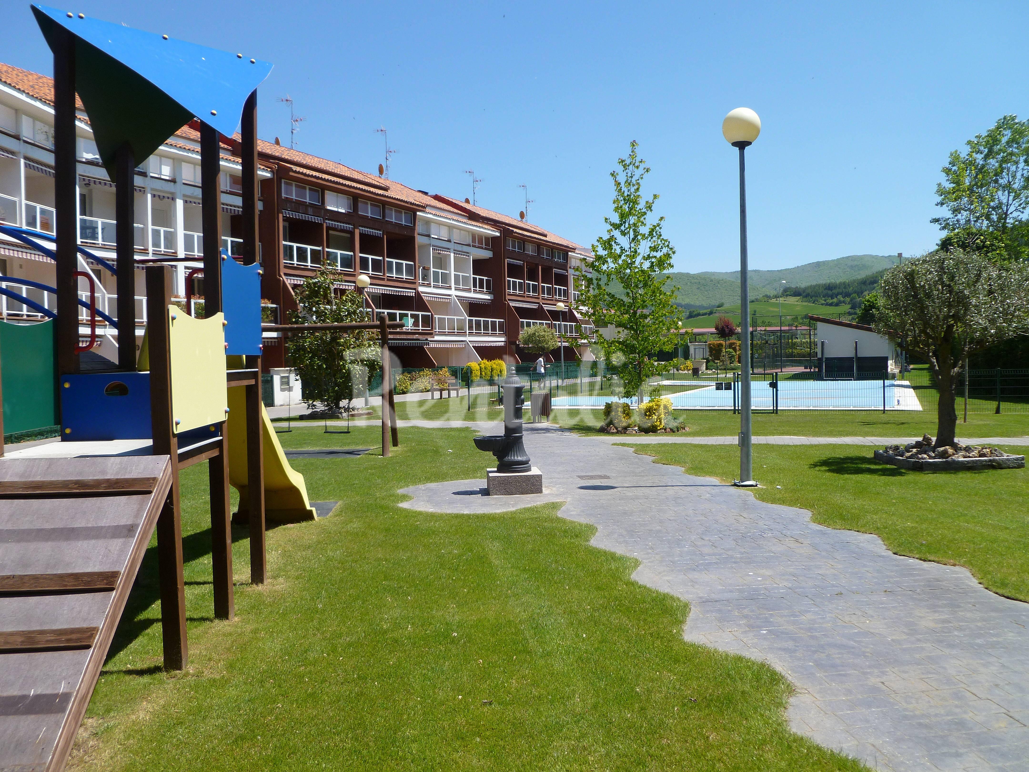 Casa con piscina y jardin en la rioja santurde de rioja for Casas con jardin y piscina