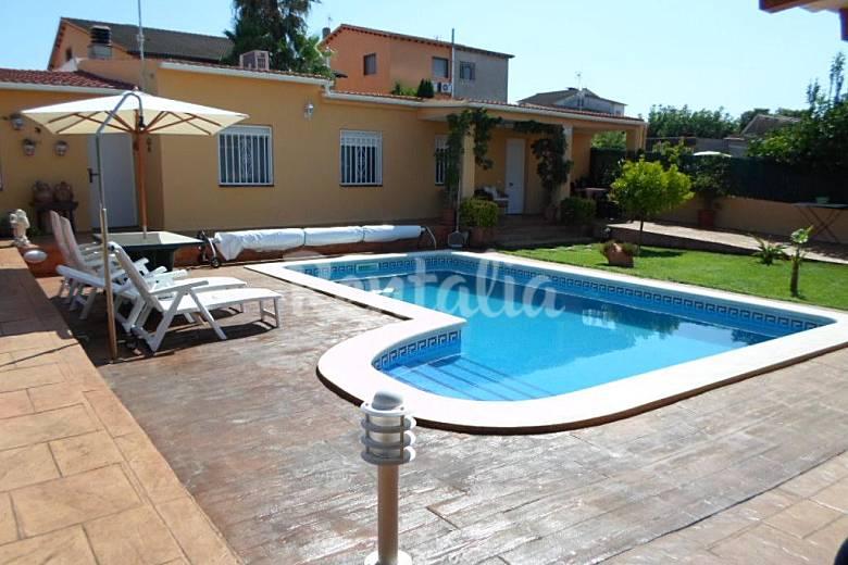 Chalet para 4 personas con piscina privada les for Piscinas para chalets