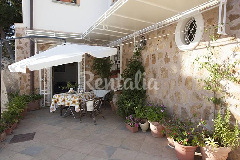 Huis met 3 slaapkamers op 150 meter van het strand cornino custonaci trapani wijn en - Terras van huis ...
