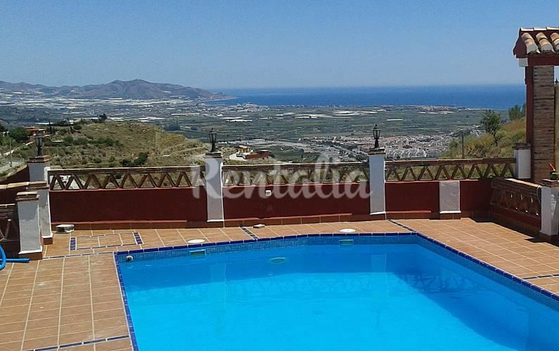 Villa de 4 habitaciones a 4 km de la playa salobre a for Piscina 02 granada