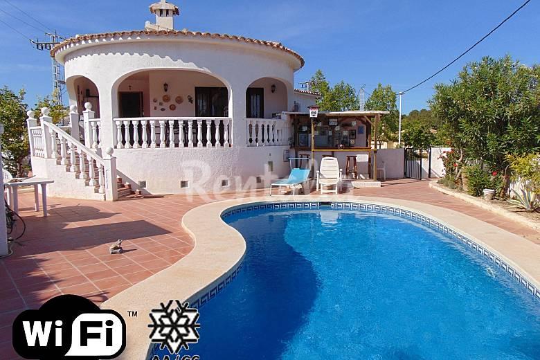 Villa con piscina privada y cerca de la playa calpe calp for Villas con piscina privada
