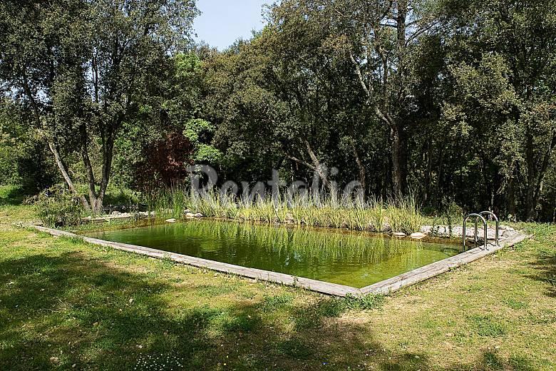 Casa en entorno rural con gran jard n y piscina l for Piscina jardin girona