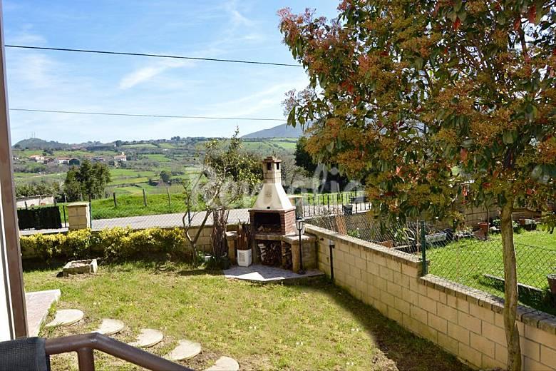 Casa de 4 habitaciones a 2 km de la playa samano castro for Casa jardin cantabria