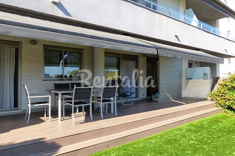 Apartamento en alquiler a 300 m de la playa for Apartamentos jardin playa larga tarragona