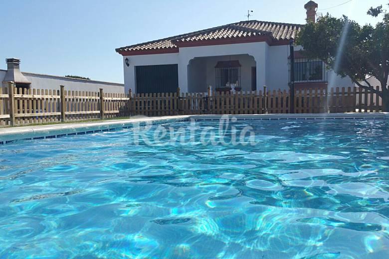Villa con piscina privada entrada de conil conil de la for Casas con piscina privada en cadiz