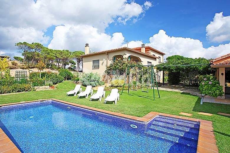 Villa en alquiler con piscina king park sils girona - Piscina devesa girona ...