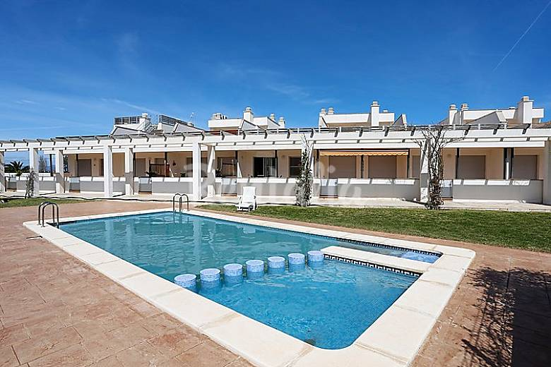 Casa en alquiler a 900 m de la playa eucaliptus amposta for Apartamentos jardin playa larga tarragona
