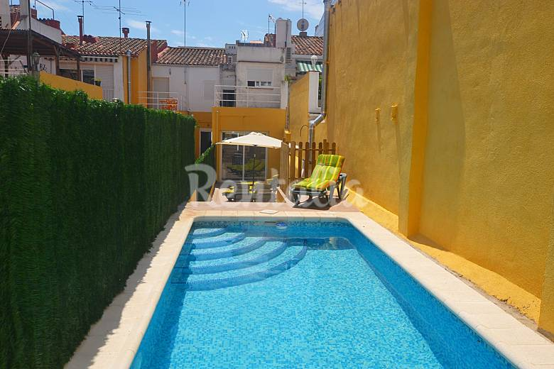 Casa para 12 o hasta 24 con piscina privada calella for Casas con piscina baratas barcelona